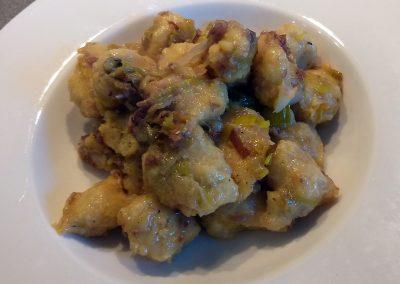 Gnocchi di polenta con porri stufati e sardina essiccata di Montisola