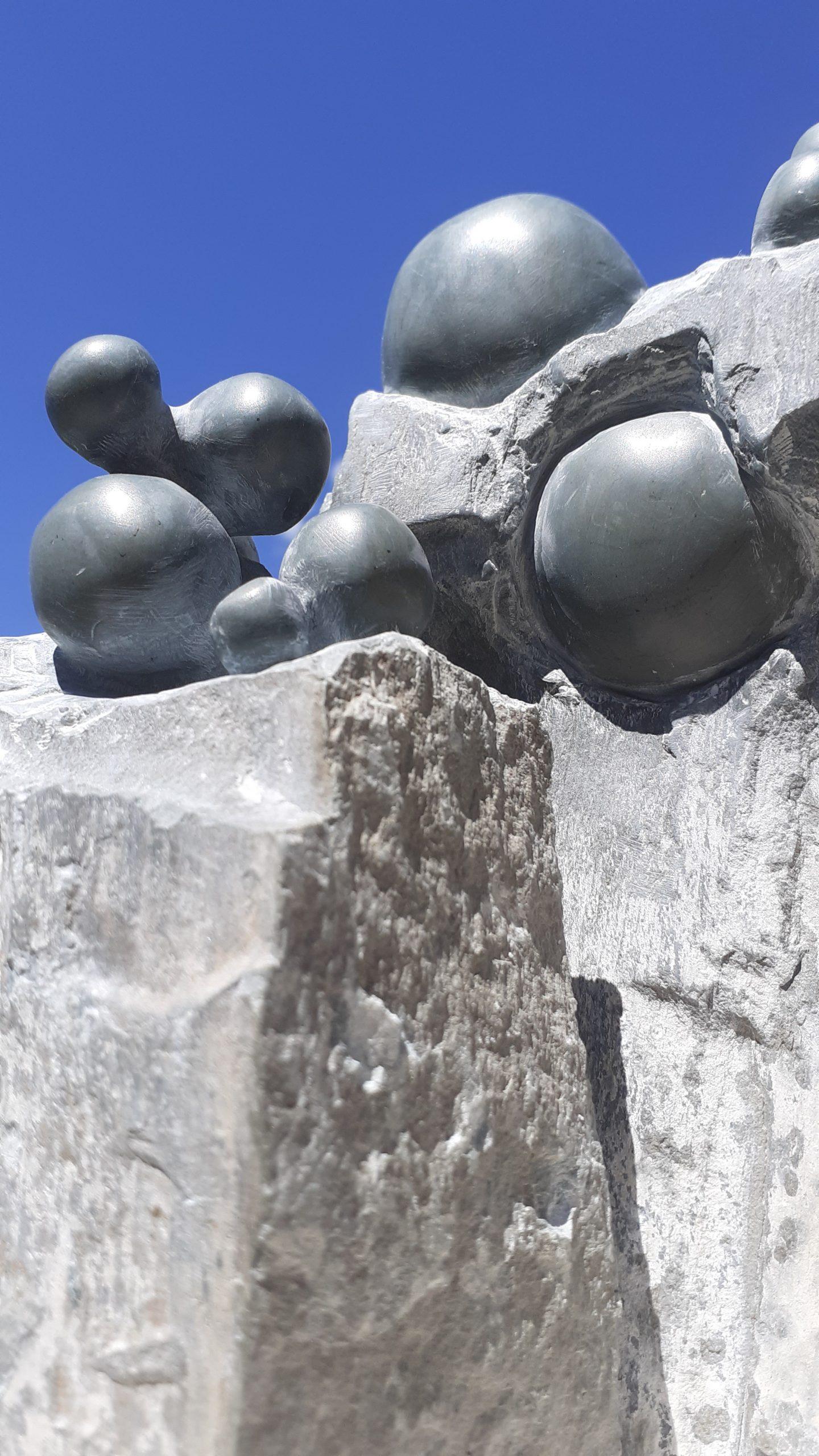 Dettaglio di Molecole, la nona installazione permanente del progetto La Memoria delle Pietre